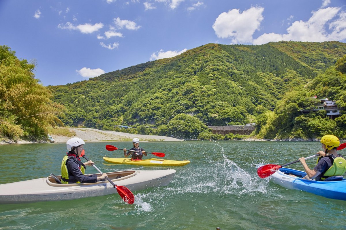Crystal clear rivers and the Pacific Ocean: canoe & kayak through these pristine waterscapes!
